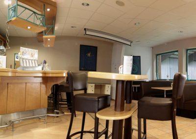 Bistro-Cafe-Lounge-Hochtische-Sitzecken-mitte-rechts