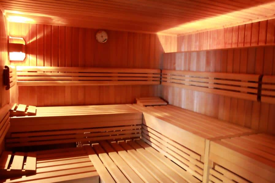 Finnische Sauna von Innen: mit Holz ausgekleidet und zwei Etagen zum sitzen