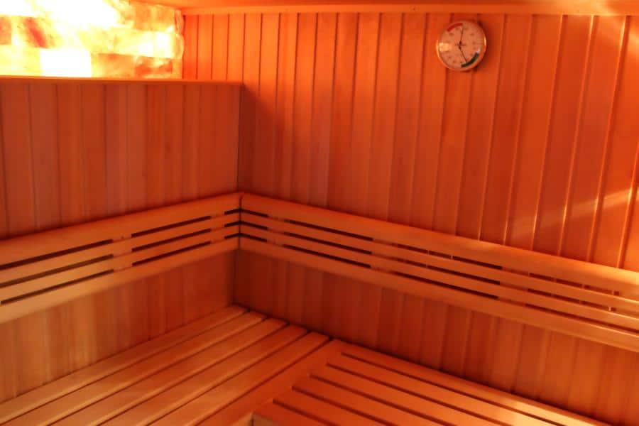 Softsauna von Innen: Mit Holzverkleidung und mit einer Salzkristallwand