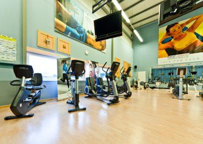 Cardiobereich mit Ausdauergeräten wie Fahrräder und Crosstrainer.