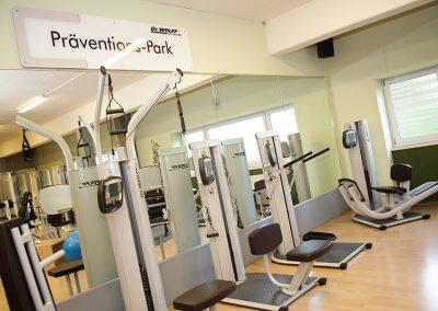 Gesundheitssport im Dr. Wolff Präventionspark. Sportgeräte stehen vor einer Spiegelfront.