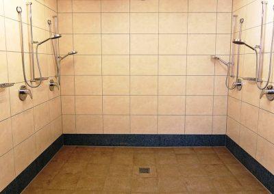 Duschkabine der Damenumkleide im Seestern Fitnessclub Süd hell und sauber gefließte mit sechs Duschbrausen.