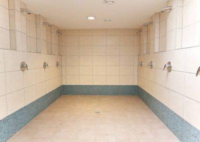 Duschkabine der Herren im Seestern Fitnessclub Süd hell und sauber gefließte mit acht Duschbrausen.