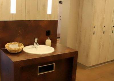 Waschbecken in der Herrenumkleidekabine